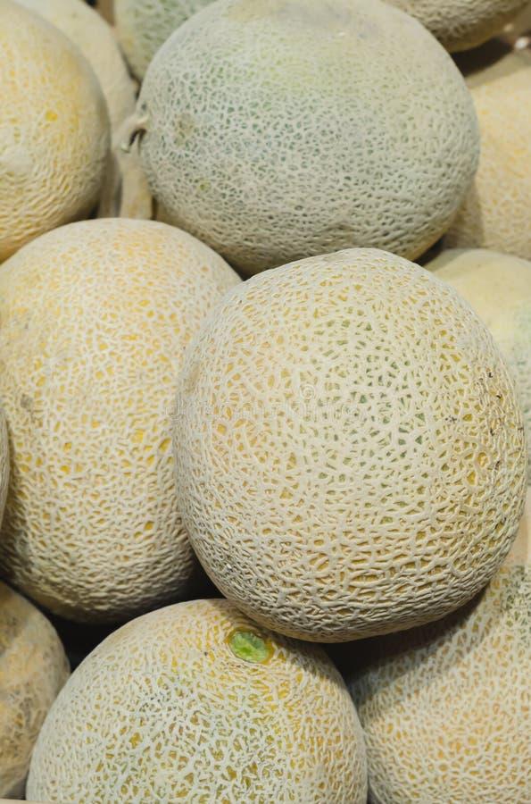 Melon som staplas för detaljhandelsrea royaltyfri foto