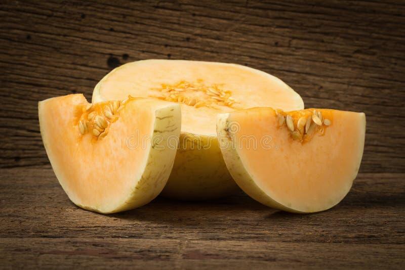 melon & x28; sunlady& x29; skiva half På gammalt trä Morgon fotografering för bildbyråer