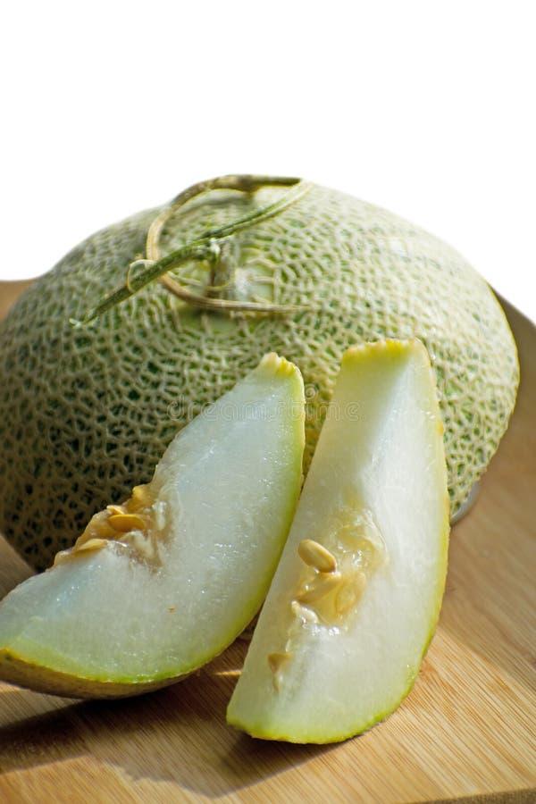 Melon vert doux frais sur le conseil en bois, melons savoureux coupés en tranches sur le conseil en bois Melon de cantaloup image stock