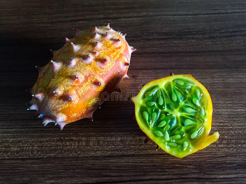 Melone cornuto di Kiwano sulla tavola immagini stock