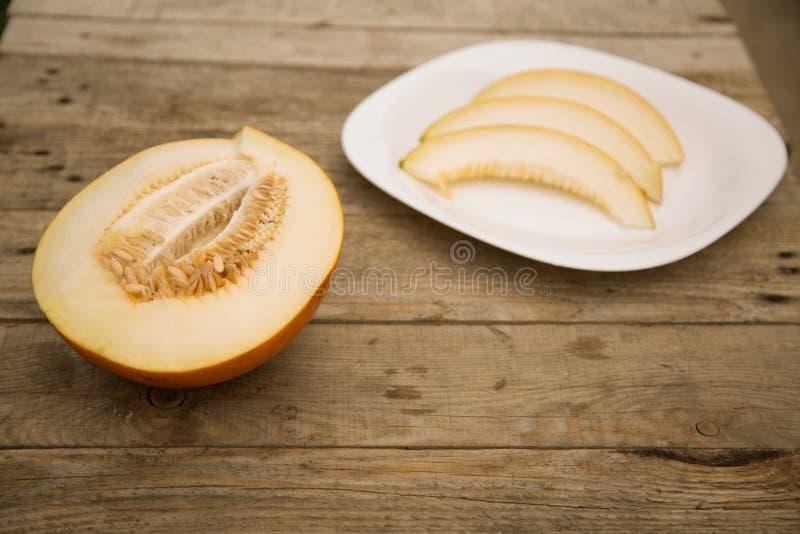 Melone su una tavola di legno fotografia stock libera da diritti