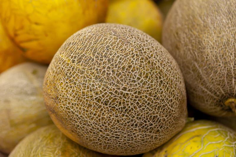 Melone succoso fresco sul contatore del deposito Vista da sopra immagini stock