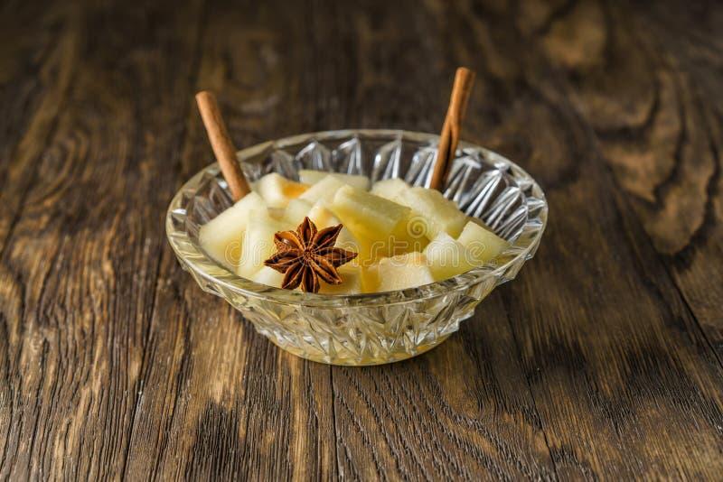 Melonefterrätt med kanelbruna pinnar arkivbild