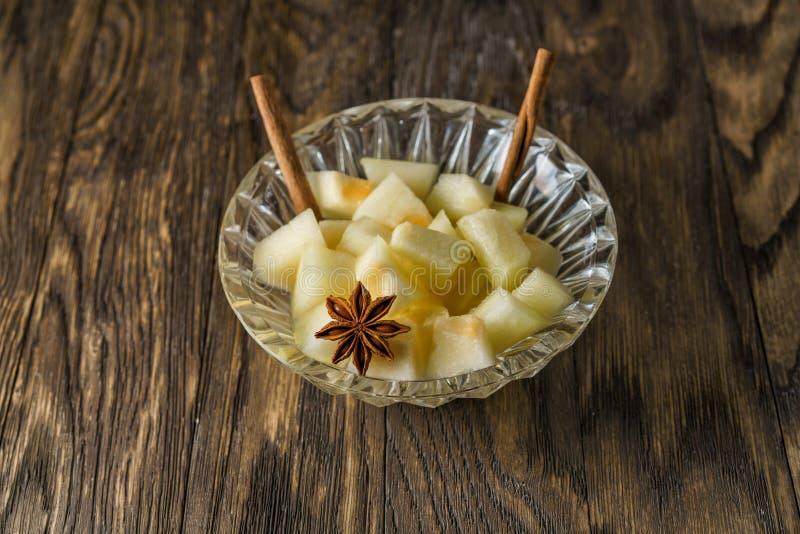 Melonefterrätt med kanelbruna pinnar arkivfoton
