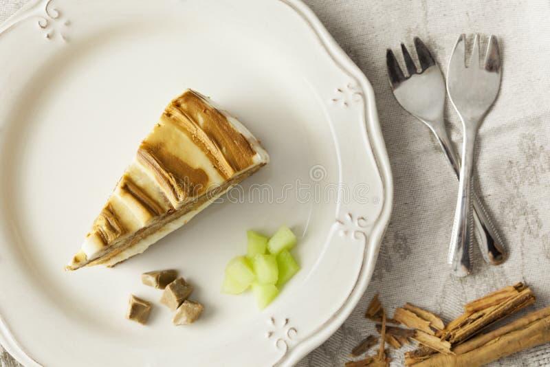 Melonen- und Karamellkuchenscheibe mit Gabeln lizenzfreies stockbild