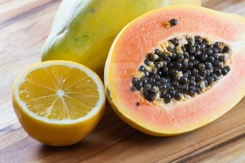 Melonowa cięcie słuzyć z cytryną w połówce obraz stock
