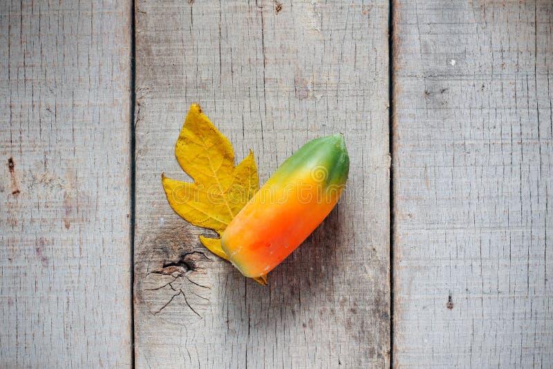 Melonowiec i liście na drewnianym zdjęcie royalty free