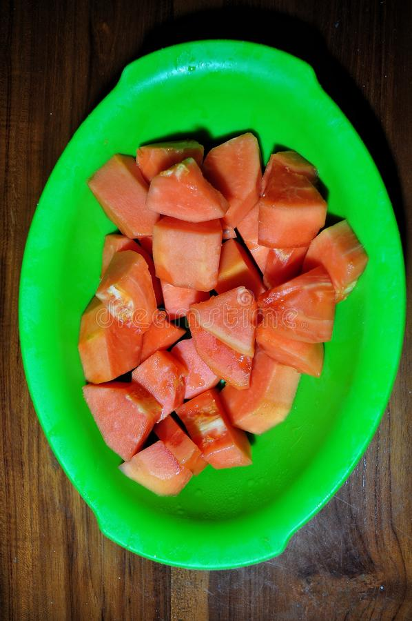 Melonowiec owoc odizolowywająca na drewnianym tle zdjęcie stock