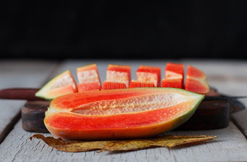 Melonowiec pokrajać na drewnianym zdjęcie stock