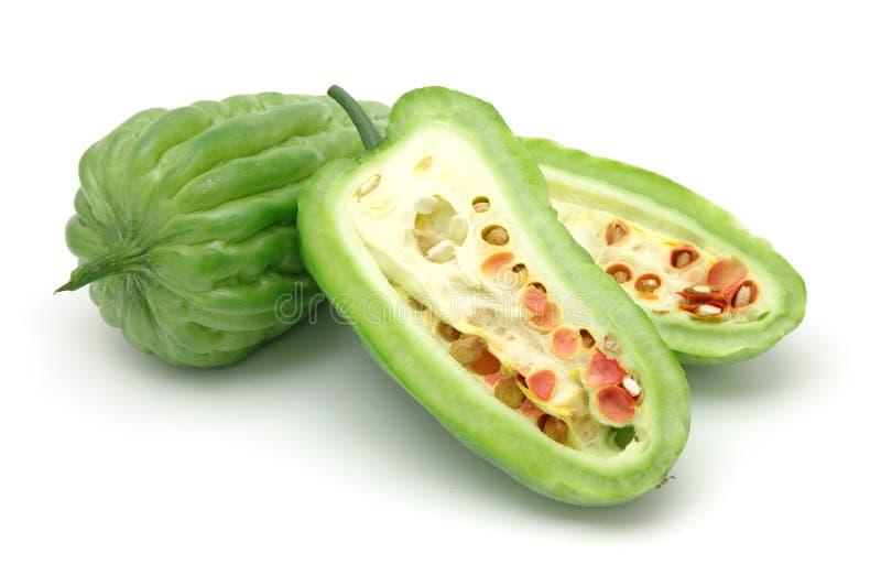 Melons amers divisés en deux de coupure photo stock