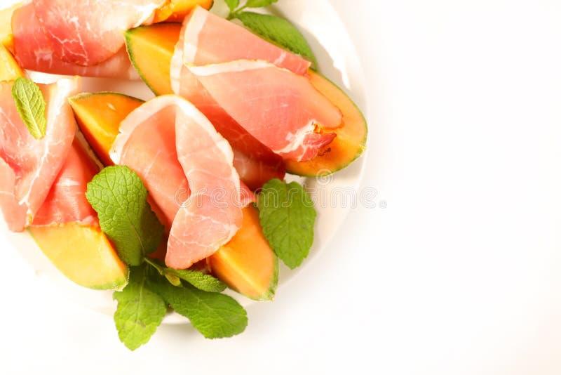 Melonsegment met prosciutto-ham stock foto