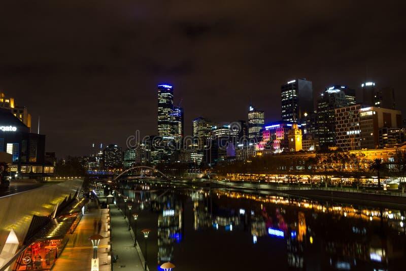 MELRBOURNE Australien - Maj 2015 stadshorisont och Yarra flod på natten royaltyfria bilder