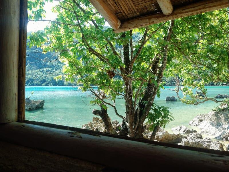Melsisidorp, Pinkstereneiland/Vanuatu - 9 juli 2016: bungalow op de kust van het tropische overweldigende overzeese strand met royalty-vrije stock fotografie