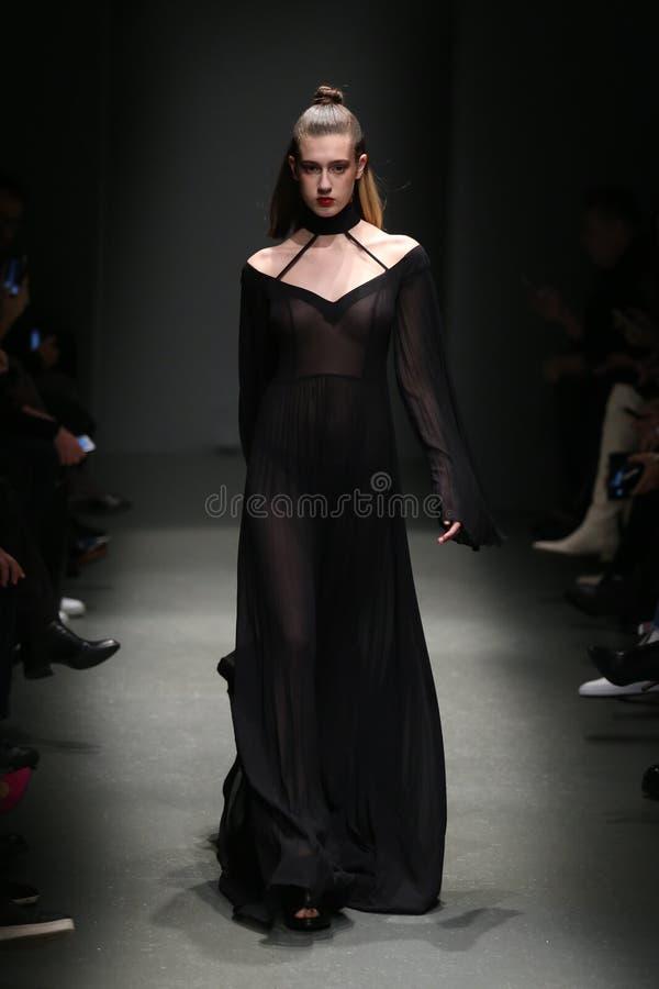 Meltem Ozbek Catwalk en Mercedes-Benz Fashion Week Istanbul photographie stock libre de droits