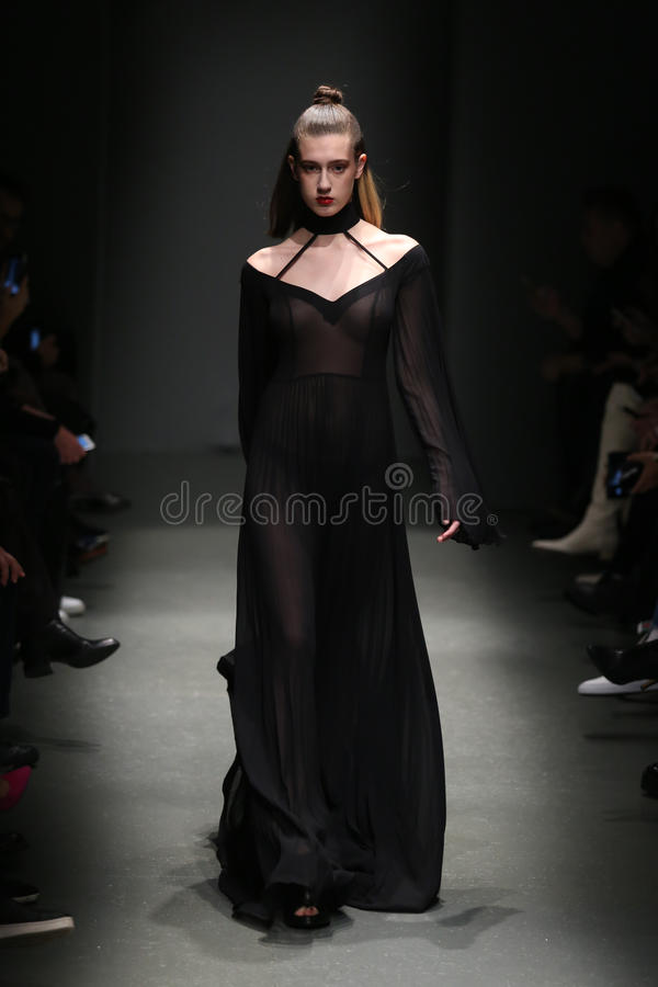 Meltem Ozbek Catwalk i Mercedes-Benz Fashion Week Istanbul royaltyfri fotografi