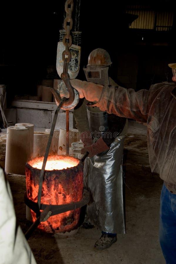 Melting pot com bronze líquido fotografia de stock