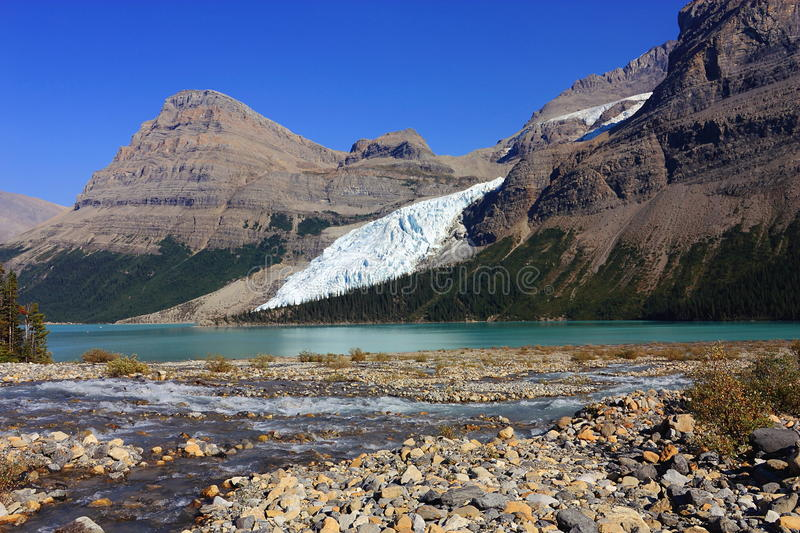 Meltwater Creeks flowing into Berg Lake, Mount Robson Provincial Park, British Columbia, Canada. Berg Glacier still reaches down to Berg Lake on the northern stock photo