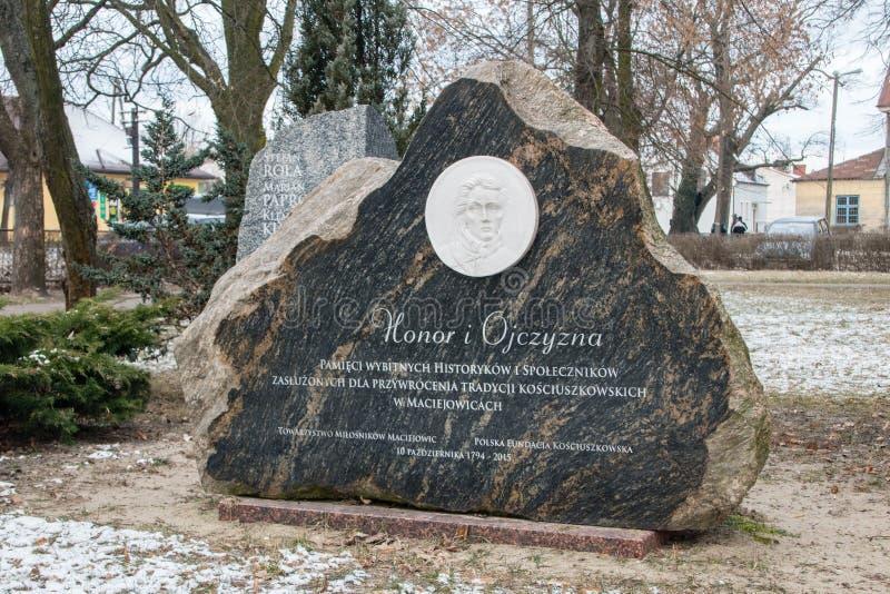 Memória de pedra de historiadores eminentes e dos voluntários que merecem restaurar a tradição de Kosciuszko em Maciejowice foto de stock