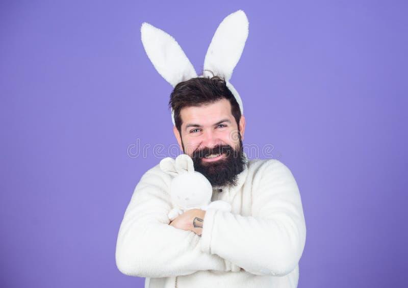 Memórias da infância Cara considerável do homem para vestir as orelhas brancas do coelho Coelho oriental Símbolo branco do coelho fotografia de stock royalty free