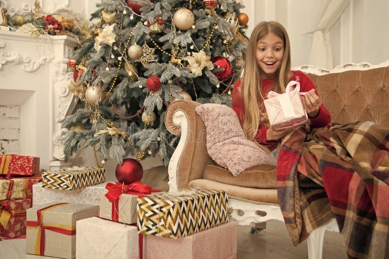 Mem?rias brilhantes compra em linha do xmas Feriado da fam?lia Ano novo feliz Inverno A manh? antes do Xmas Bailarina pequena imagem de stock