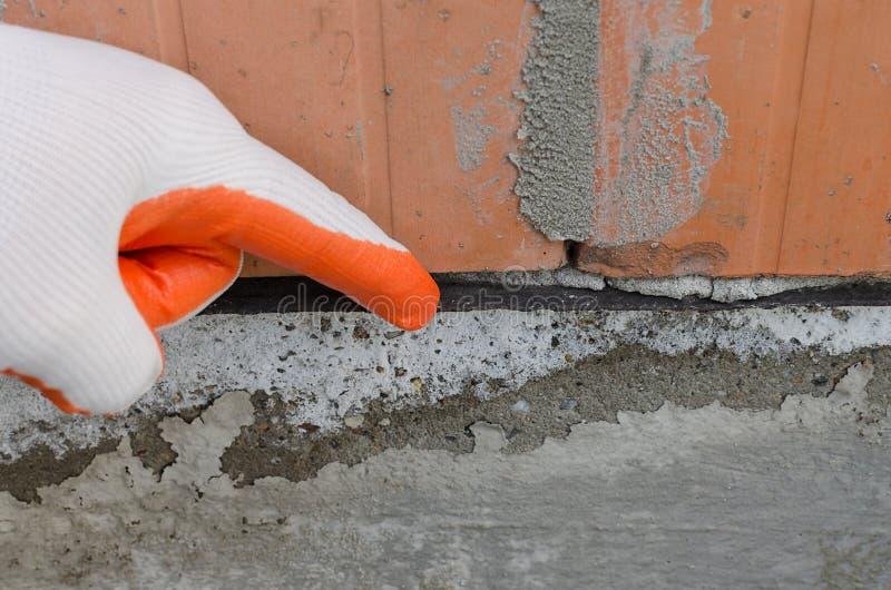 Membrane de imperméabilisation noire, couche qui protège des murs contre l'humidité, eau capillaire photo libre de droits