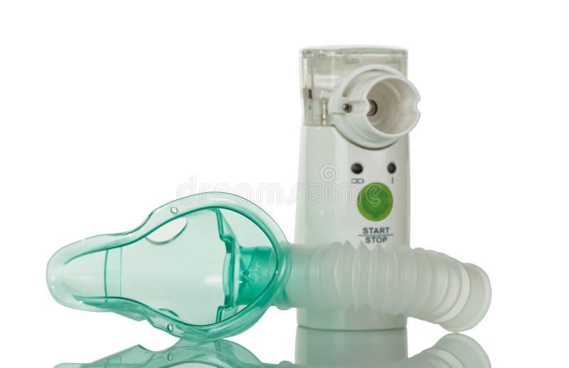 Membrane du nébuliseur ultrasonique avec le masque du ` s d'enfants, d'isolement sur le blanc images stock