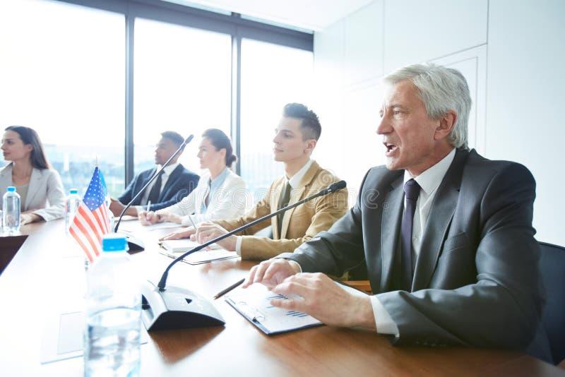 Membre du Congrès supérieur faisant la déclaration lors de la réunion photos stock