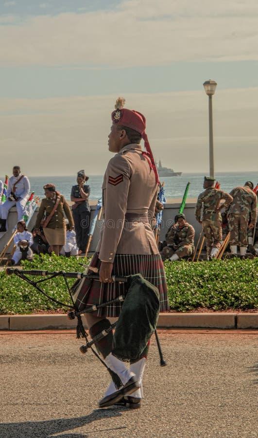 Membre du groupe de SANDF portant le plein régalia écossais et portant une cornemuse photographie stock
