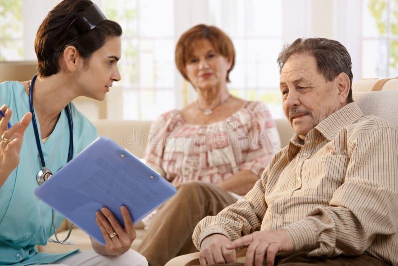 Membre du personnel soignant à la maison des retraités images libres de droits
