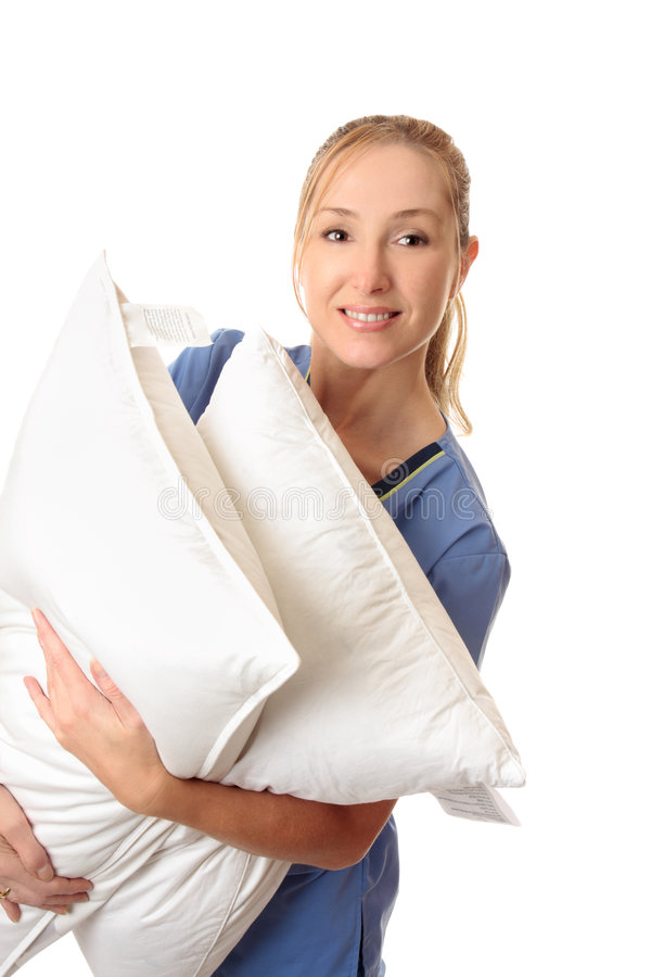 Membre du personnel soignant portant les oreillers patients images libres de droits