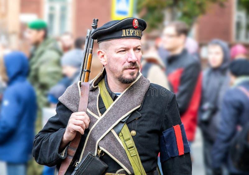 Membre non identifié de bataille historique de reconstitution dans l'uniforme de marine photo stock
