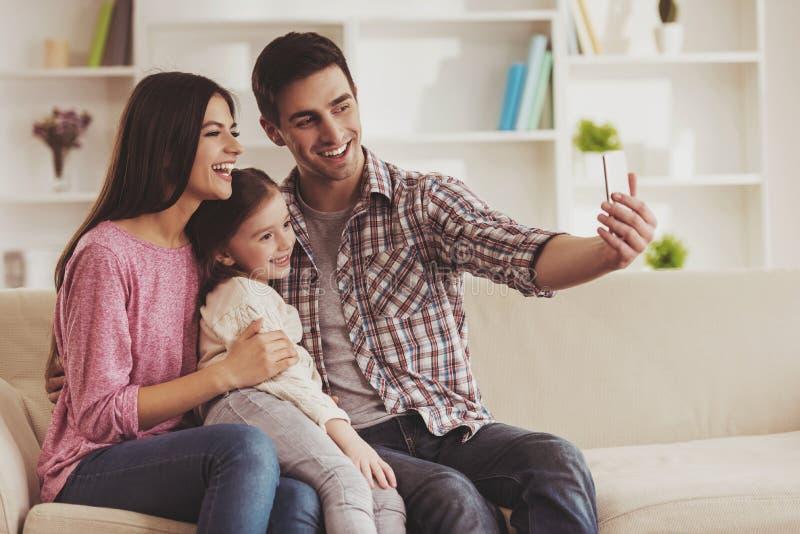 Membres de la famille faisant Selfie images libres de droits