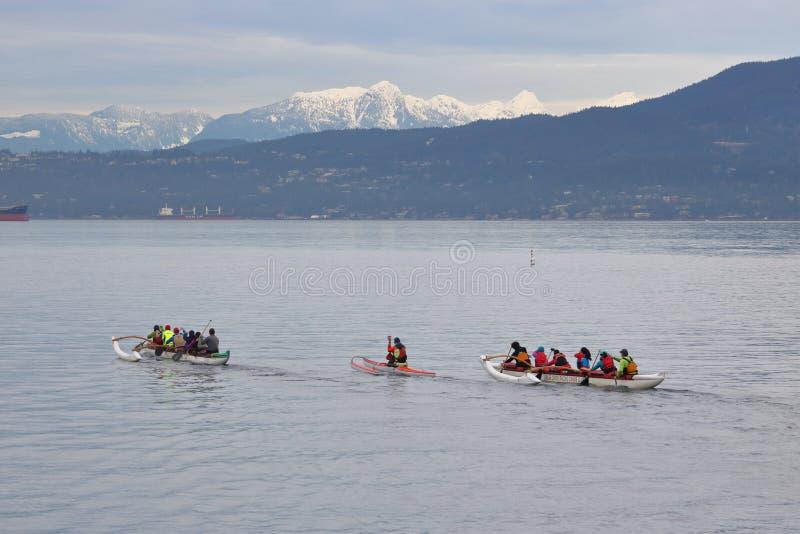 Membres du club de canoë de coureurs de False Creek photo stock