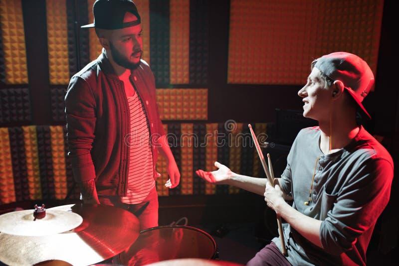Membres du groupe de musique dans le studio d'enregistrement photos stock
