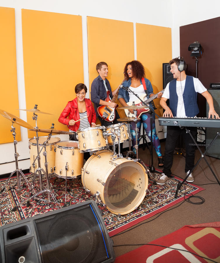 Membres du groupe exécutant dans le studio d'enregistrement image libre de droits