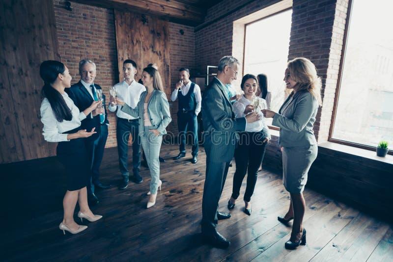 Membres enthousiastes de renforcement d'équipe de taille du corps de photo d'hommes d'affaires d'âge de loisirs libres différents photographie stock libre de droits