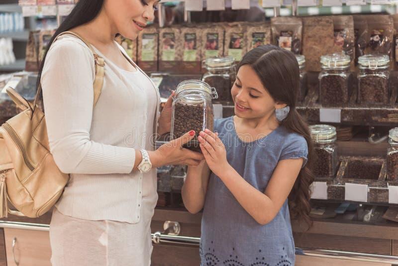 Membres féminins intéressés de famille choisissant le café photographie stock