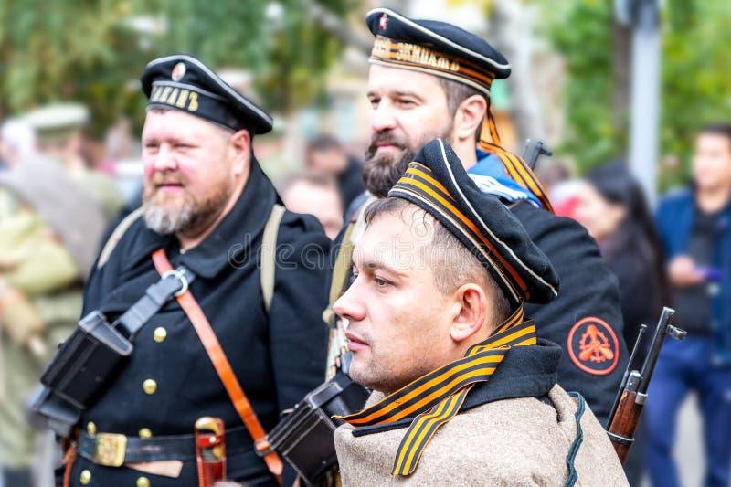 Membres non identifiés de bataille historique de reconstitution dans l'uniforme de marine photographie stock libre de droits