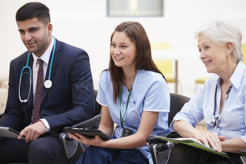 Membri del personale medico nella riunione insieme fotografia stock
