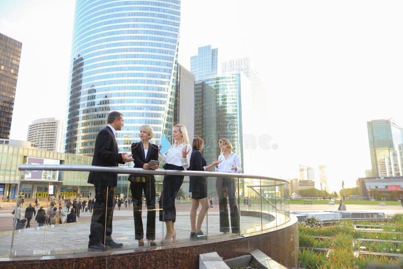 Membri del team felici di affari che parlano fuori dentro immagine stock libera da diritti