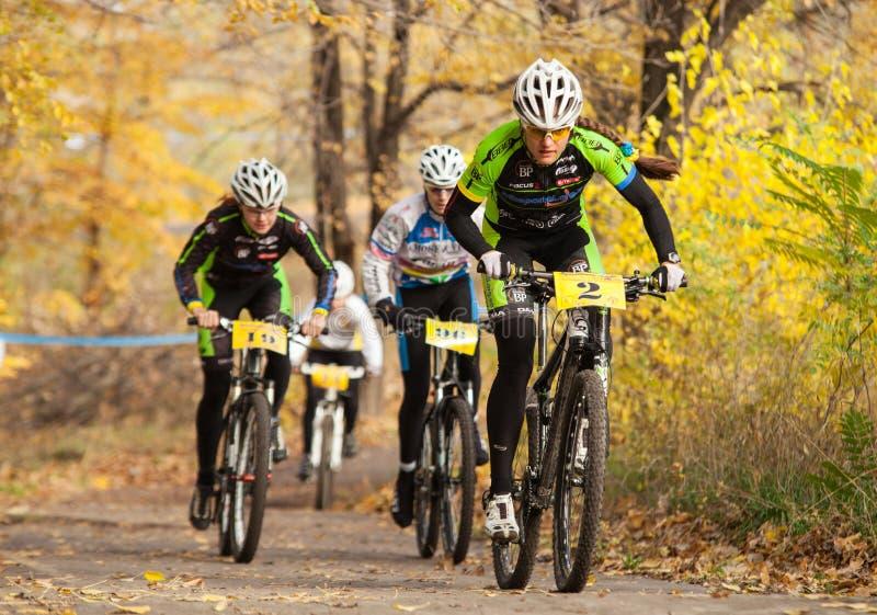 Membri della concorrenza della corsa di bicicletta che passa gli ultimi chilometri nella corsa immagine stock