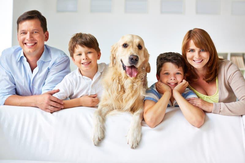 Membri della famiglia sorridente fotografia stock