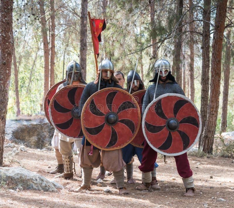 Membri della ricostruzione annuale della vita dei Vichingo - il ` di Viking Village del ` dimostra la formazione di combattimento fotografia stock libera da diritti