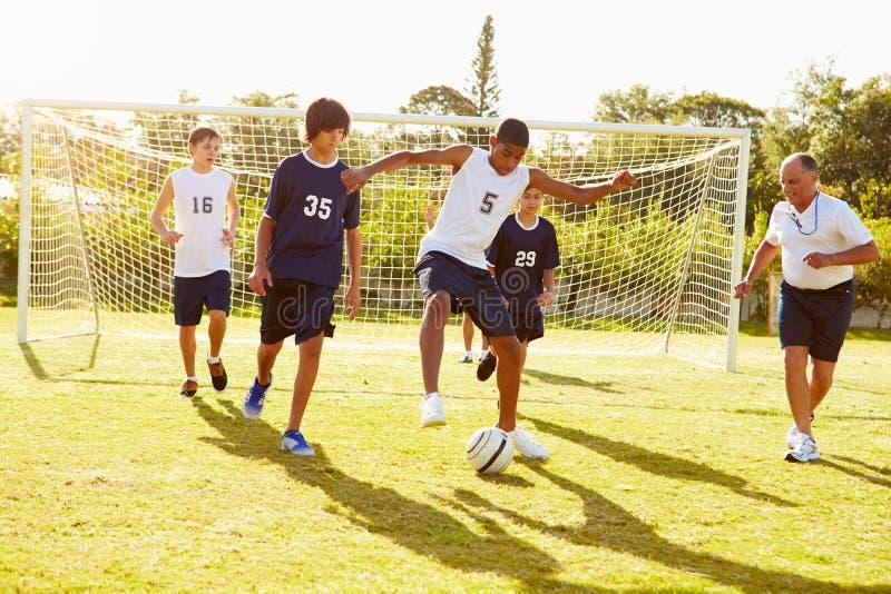 Membri di calcio maschio della High School che gioca partita fotografia stock