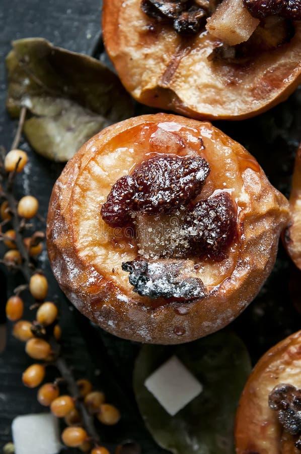 Membrillo cocido con la mermelada de fresa en fondo de madera. fotografía de archivo libre de regalías