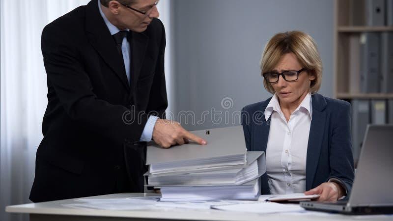 Membro do pessoal fêmea da empresa de advocacia sobrecarregado com o documento, fora do tempo estipulado trabalho fotografia de stock