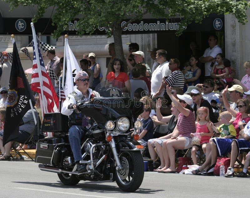 Membro dos cavaleiros da legião americana que monta sua motocicleta com as bandeiras na parada de Indy 500 fotografia de stock royalty free