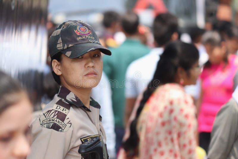 Membro fêmea das forças policiais indianas do GOLPE em ruas de Nova Deli, Índia imagens de stock royalty free