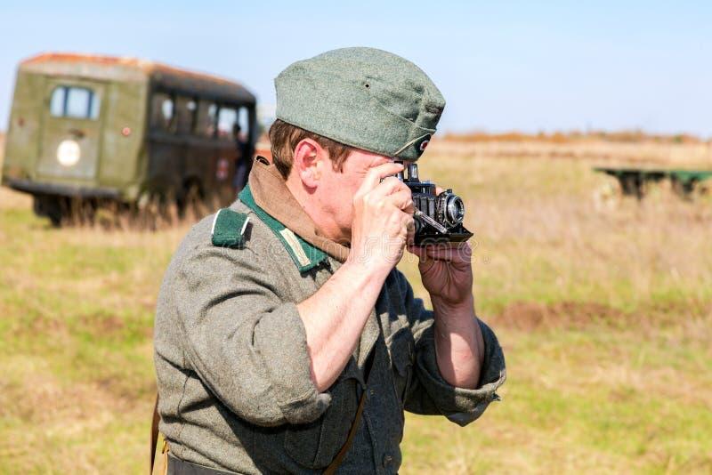 Membro não identificado do reenactment histórico no exército alemão uni fotos de stock royalty free