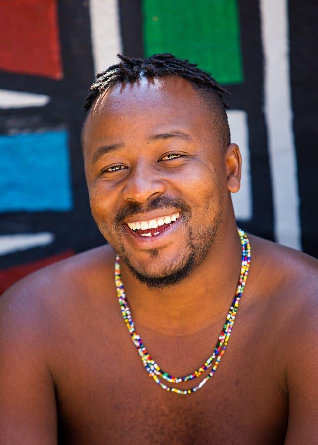 Membro tribale sudafricano felice immagine stock libera da diritti